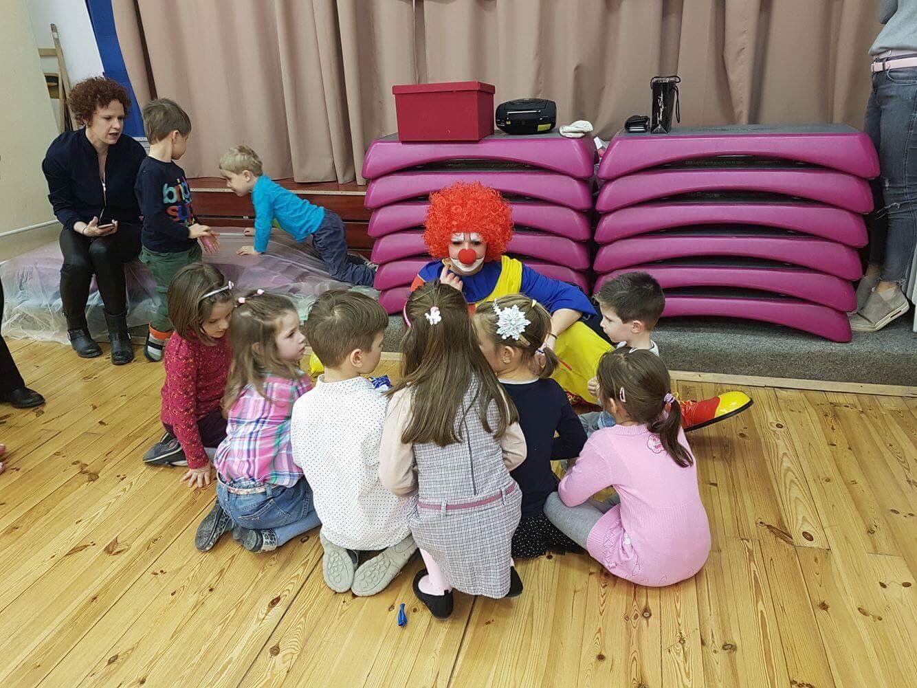 Lufizás fortélyait tanulmányozzák a gyerekek :)